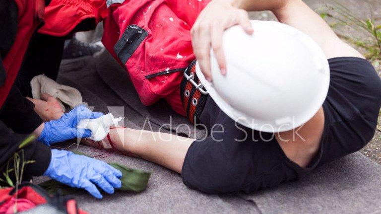 Gefährliche Situation: Unfälle, die bei der Arbeit passieren, sind über die Berufsgenossenschaft versichert. Dabei gibt es allerdings einige wichtige Details zu beachten.