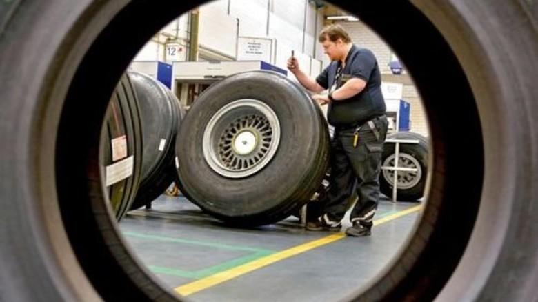 Die Endkontrolle: Wenn alles stimmt mit der Dichtigkeit, kommt das Rad zurück an den Flieger. Foto: Scheffler