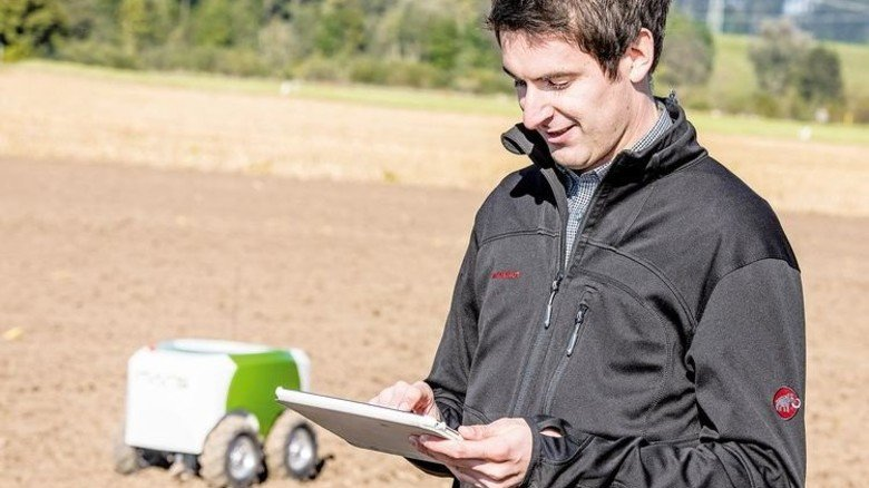 Einsäen per Tablet: Projektleiter Thiemo Buchner von Fendt kontrolliert die Arbeit. Foto: Fendt