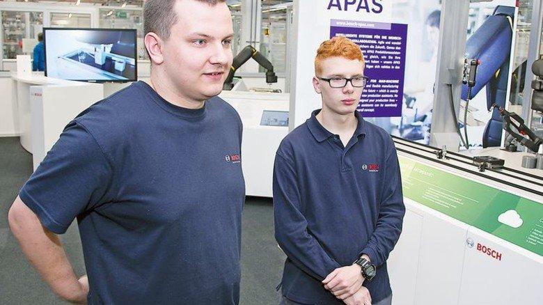 Ausbildung bei Bosch: Patryk Maciejski (links) und Jean-Pierre Ullrich sind 2 von rund 650 Azubis in Feuerbach. Foto: Mierendorf