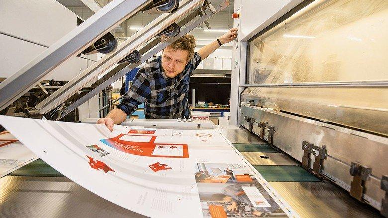 Passt die Farbe? Seismografics-Mitarbeiter Victor Alexopoulos prüft ein Druckergebnis.