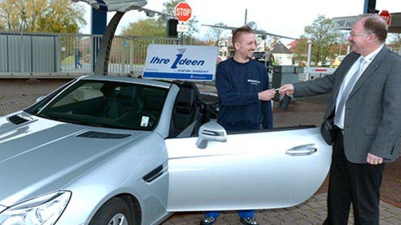 Beispiel Premium Aerotec: Ralf Hesse, Beauftragter für das Ideenmanagement, übergibt Mitarbeiter Malte Lancker den Schlüssel für eine Freifahrt. Foto: Augustin