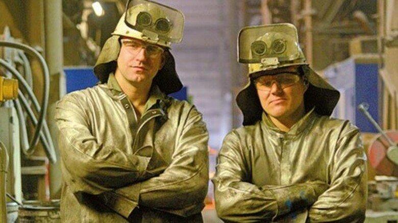 Zwei von 550 Beschäftigten: Alexander Kade (links) und Jürgen Bieber gießen den weltweit umweltfreundlichsten Stahl. Foto: Augustin