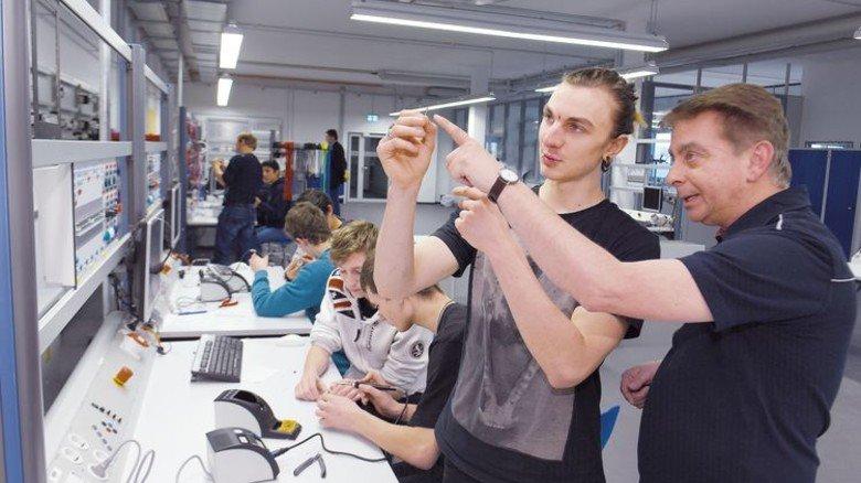 Entschlossen: Jojo (Mitte) will sich bei Liebherr bewerben. Foto: Augustin