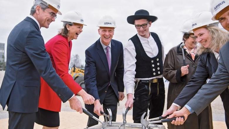 Grundsteinlegung: Siemens-CEO Joe Kaeser mit der bayerischen Wirtschaftsministerin Ilse Aigner und Airbus-Chef Tom Enders (von links nach rechts). Foto: dpa