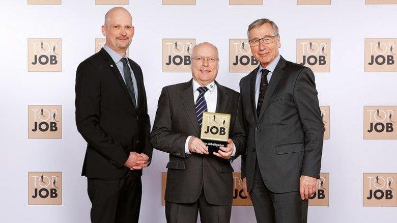 Ehrung: Michael Grenz (kaufmännische Leitung), Bernd Mähnss (Geschäftsführer) und Ex-Minister Wolfgang Clement (von links nach rechts). Foto: ZEAG GmbH