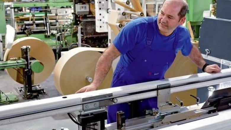 """Maschinenführer Behcet Gülmen: """"Kaum einer weiß, wie viel Arbeit in so einem Papiersack steckt."""" Foto: Scheffler"""