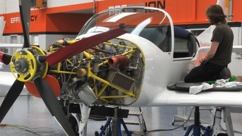 Leichtes Material: Endmontage der Maschinen aus Faserverbundstoffen. Foto: Puchner