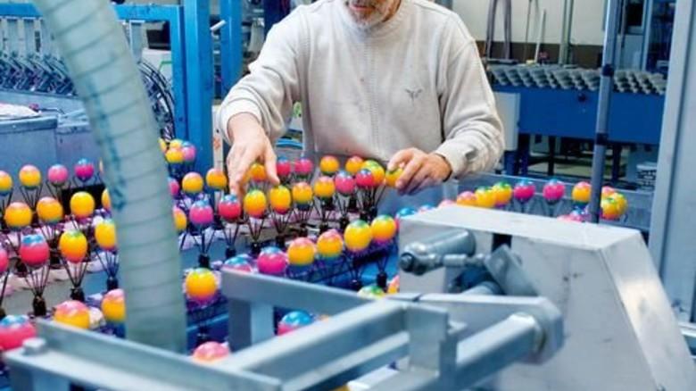 Endkontrolle: Volker Rüggeberg achtet darauf, dass die Eier komplett gefärbt sind – wegen der Haltbarkeit. Foto: Moll