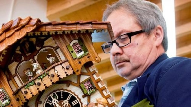 Feilt an Details: Hans-Josef Lützler ist gelernter Elektroniker und einer der Hönes-Uhrmacher. Foto: Eppler