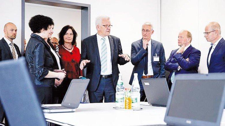 Ministerpräsident Kretschmann (Mitte) besichtig die modernen Seminarräume. Foto: CHEMIEBW