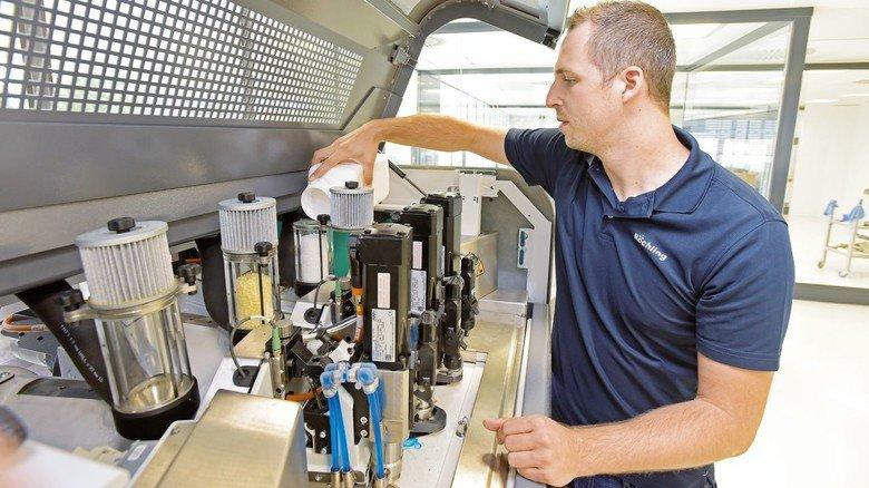 Wartung: Die Pflege der 3-D-Drucker gehört zu den vielen Aufgaben von Knut Figaj.