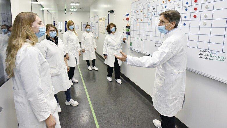 Teambesprechung: Die Laborleiter tauschen sich regelmäßig mit den Kollegen aus.