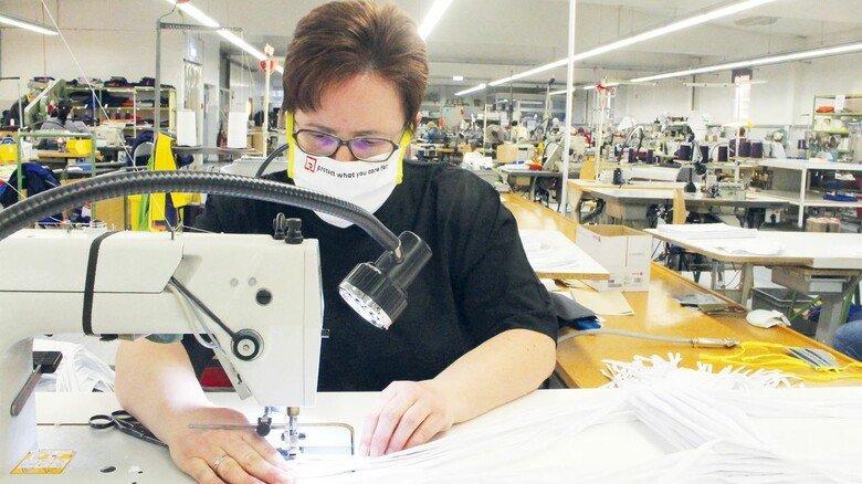 Produktion bei Rofa: Eine Mitarbeiterin näht im Bekleidungswerk in Schüttorf Masken.