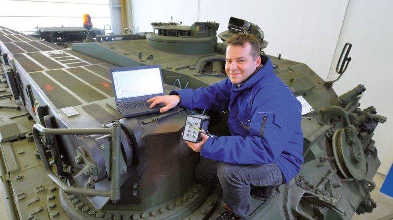 Anspruchsvoll: In seinem Job bei Rheinmetall ist der gebürtige Hamburger unter anderem für Baugruppentests zuständig. Foto: Augustin