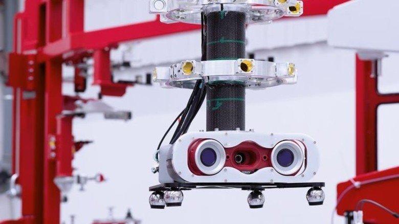 Durchblick: Eine voll automatisierte Roboter-Messzelle überprüft alle wichtigen Punkte der fertigen Türrahmen. Foto: Premium Aerotec