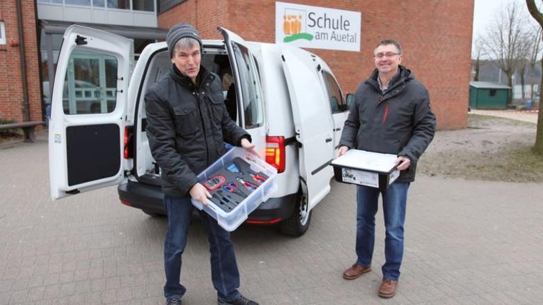 Los geht's: Reinhard Altrock und Gerd Iffland machen das MINTmobil startbereit. Foto: GuS Kommunikation