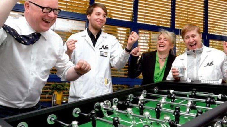 Volltreffer: Firmeninhaber Wilfried Neuschäfer (links) am Kickertisch. Foto: Scheffler