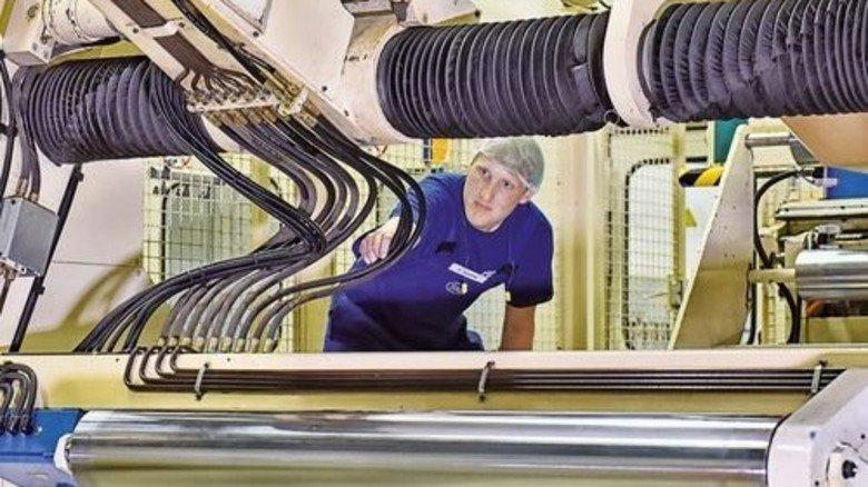 Check: Christian Göthel überprüft Schläuche an einer Druckmaschine. Foto: Deutsch