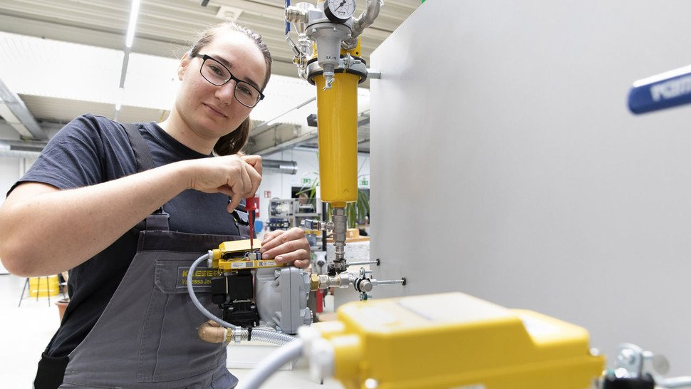 """""""Für mich gibt es keine Frauen- und Männerberufe mehr, da ist kein Unterschied"""", sagt Vanessa Jacob. Die 21-Jährige ist im vierten Lehrjahr ihrer Mechatronikerin-Ausbildung bei Kaeser Kompressoren."""