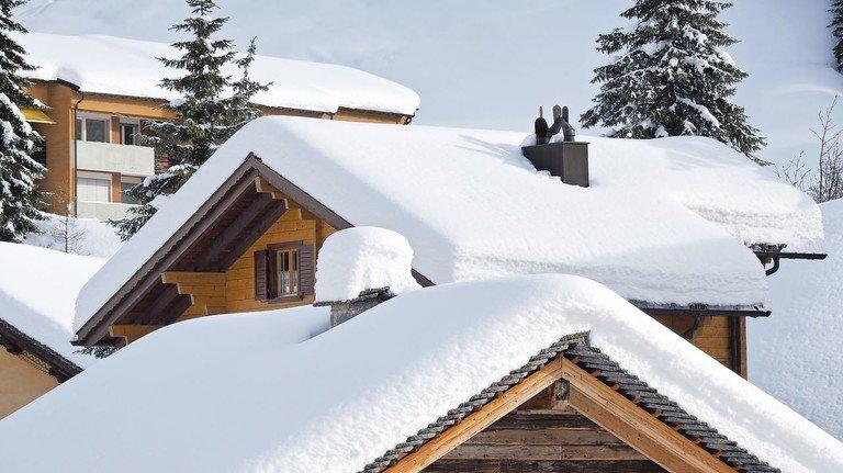 Weiße Pracht: Schneebedeckte Dächer gilt es wegen der Einsturzgefahr genau zu beobachten.