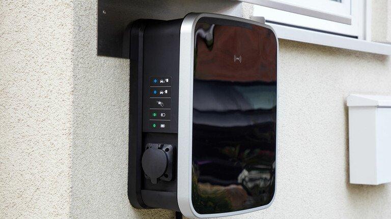 Kleiner Kasten an der Hauswand: Eine private Wallbox für das Laden von E-Autos wird vom Staat bezuschusst.