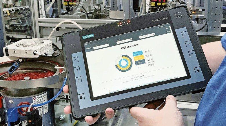 Guter Überblick: Die Informationen auf dem Bildschirm zeigen Qualität, Arbeitstempo und Verfügbarkeit der Anlage.