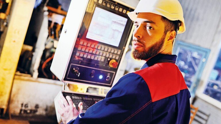 Automatisierung: Um Maschinen und Anlagen bedienen zu können, ist heutzutage immer mehr technisches Wissen gefragt.