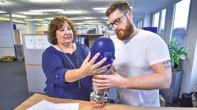 Im Job: Christiane Giese kontrolliert mit einem Kollegen ein Ventil. Foto: Augustin