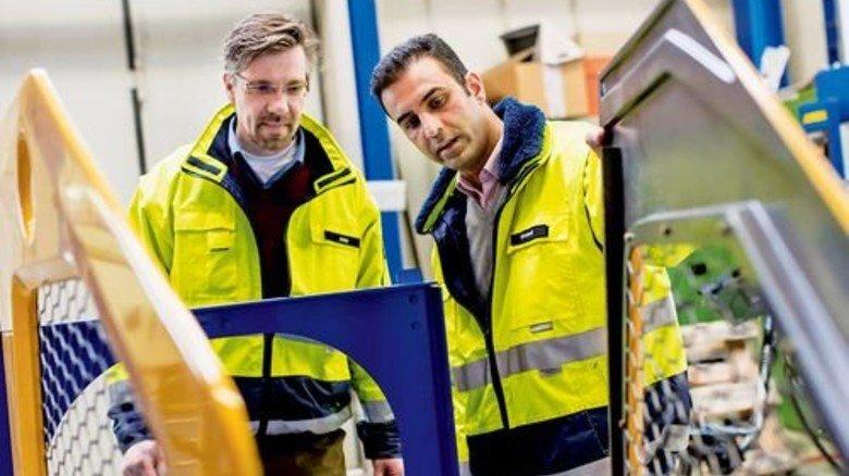 Problemlöser: Pejman Ghobadi (rechts) im Gespräch mit dem Leiter Produktionstechnik Oliver Jopp. Foto: Küstner
