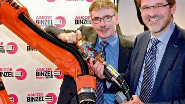 Innovativ: Emil Schubert (links) und Torsten Müller-Kramp mit einem neuen Brenner für Roboter. Foto: Scheffler