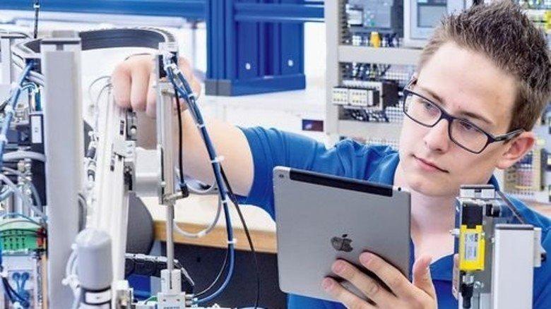 Gelernt: Auszubildende von der Maschinenfabrik Reinhausen sollen wissen, wie vernetzte Anlagen funktionieren. Foto: Weigel