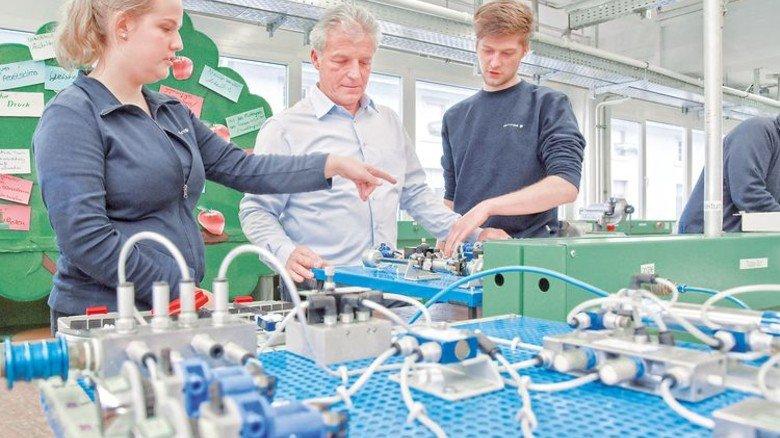 Wegbegleiter: Ausbildungsleiter Dieter Scharer will seinen Schützlingen mehr vermitteln als Fachwissen. Foto: Sandro