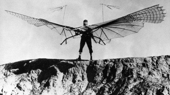 Ging 1891 erstmals in die Luft, mit einem selbst gebauten Gleitflugzeug: Der Luftfahrtpionier Otto Lilienthal bei einer Flugübung. Foto: akg-images