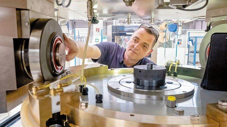 Superschnelle Tablettenpresse: Peter Heyn arbeitet im technischen Marketing. Zu seinem Job gehört es auch, die Maschinen zu zerlegen.