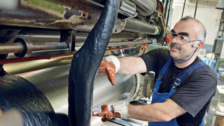 Hightech-Werkstoff Kautschuk: Die Fachkräfte sind oft Jahrzehnte im Betrieb.
