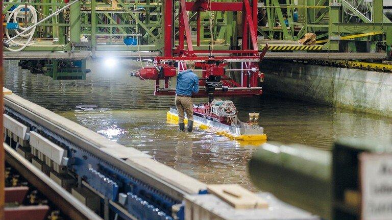 Auch das gibt es beim DST: In einem 200 Meter langen Becken testen Forscher Schiffe, die für Flachwasser entwickelt werden. Denn der Rhein hat immer häufiger Niedrigwasser.
