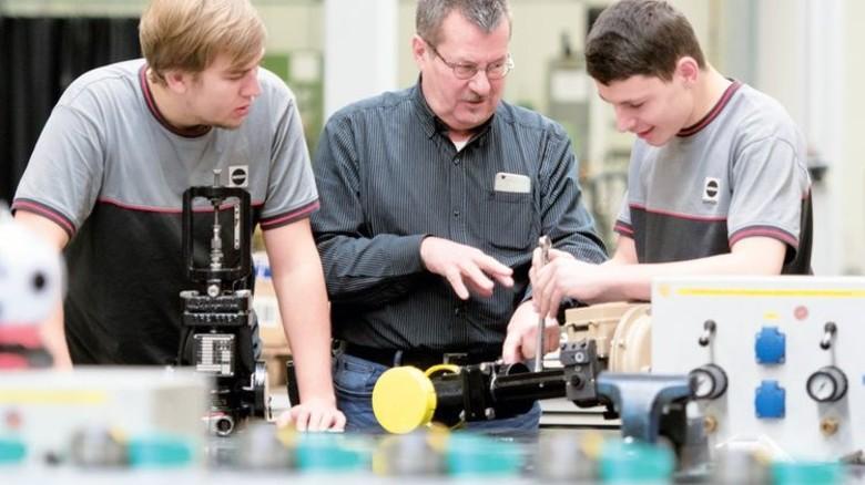 Beim Arbeitgeber Samson Pfeiffer: Ausbildungsleiter Herbert Druyen und zwei seiner Lehrlinge, Malte Berndt (links) und Michael Hüpen. Foto: Moll