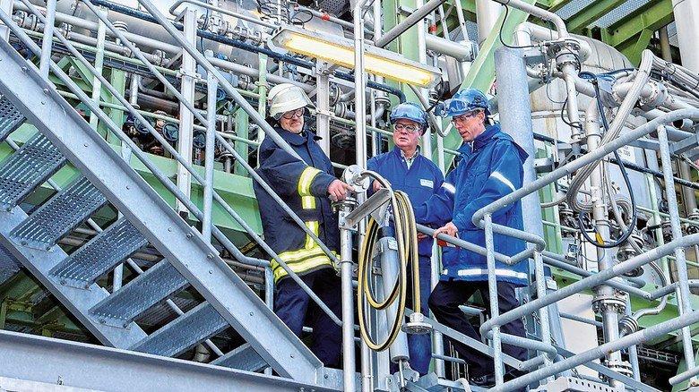 Alles sicher? Mario Eike, Ralf Timimi und Andres Schneider (von links) begutachten eine Anlage (nachgestellt).