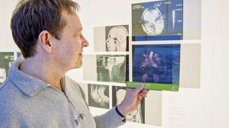Heute Standard in der Medizin: Der Ingenieur vor alten Bildern vom Körperinneren. Foto: Karmann