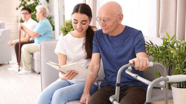 Man nuss nicht in die Ferne schweifen: Auch beim Bundesfreiwilligendienst gibt es interessante Angebote - etwa in der Pflege und Betreuung älterer Menschen.