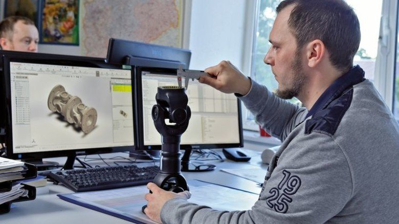 Präzisionsarbeit: Konstrukteur Stefan Förster kontrolliert die Maße einer besonders kompakten Gelenkwelle. Foto: Augustin