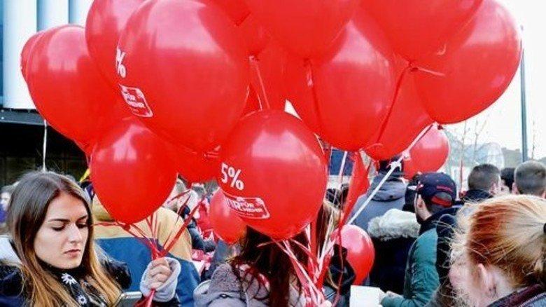 Gewerkschafter: Mit Luftballons machten diese Demonstranten auf ihre Forderung aufmerksam. Foto: Scheffler