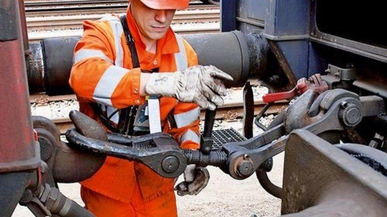 Umständlich, arbeitsintensiv, teuer: Die meisten Güterwaggons werden noch per Hand gekoppelt. Foto: DB