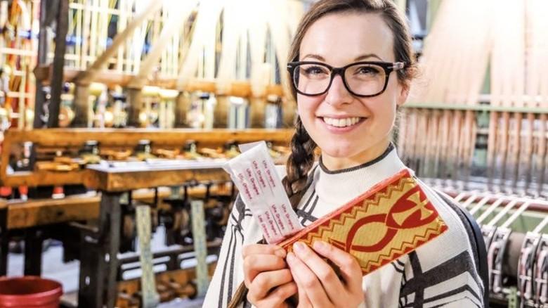 Erfolgreich: Geschäftsführerin Astrid Puschendorf mit Etiketten und Paramenten (rechts). Foto: Roth