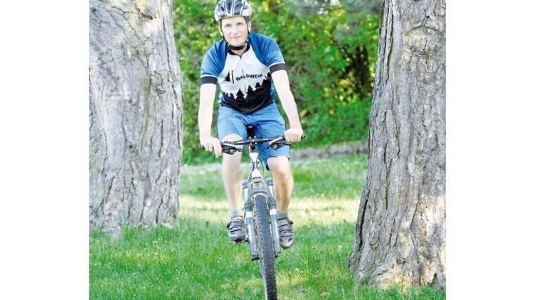 Nach Feierabend: Der frühere Olympionike radelt heute gerne mit dem Mountainbike durch die Natur. Foto: Sigwart