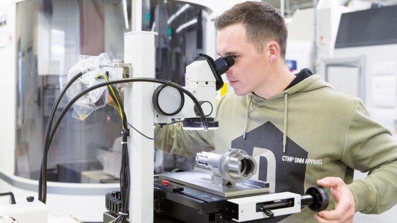 Auge für Details: Das Nachmessen am Mikroskop gehört zu Marcel Heiters Job. Foto: Eppler
