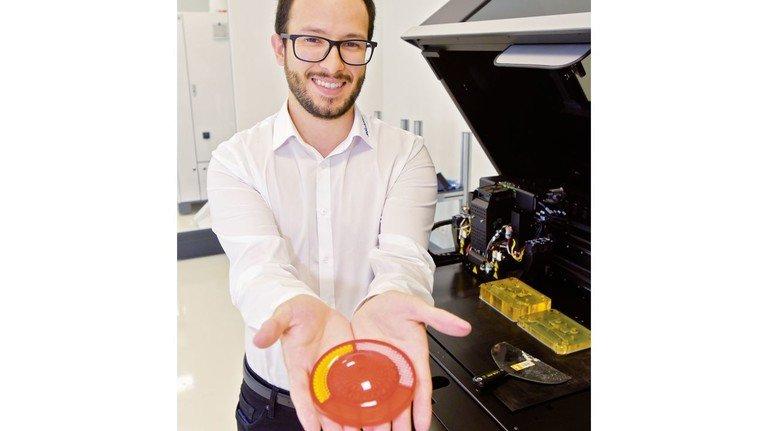 Nur ein Arbeitsschritt – fertig! David Torres zeigt einen Reflektor aus dem 3-D-Drucker.