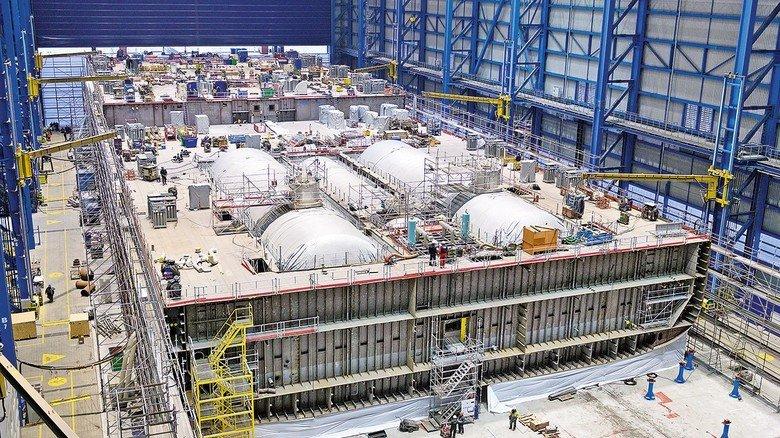 Full House: Gegen Ende der Fertigung füllt ein Maschinenraum-Modul die große Halle der Neptun Werft fast aus.