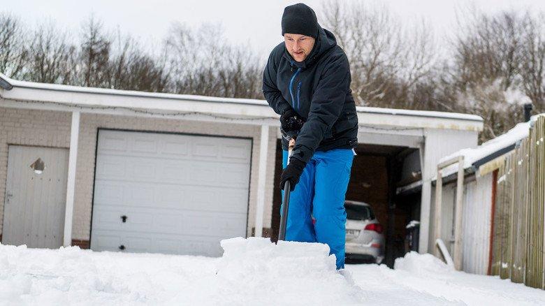 Mühsam, aber notwendig: Gehwege muss vom Schnee befreit werden.
